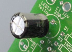 Aluminum electrolytic capacitor with negative band in '-' hole